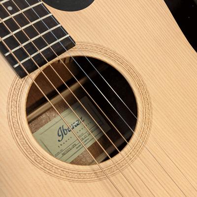 Akustiset kitarat kategoriakuva. Kuvassa Ibanez teräskielinen kitara.
