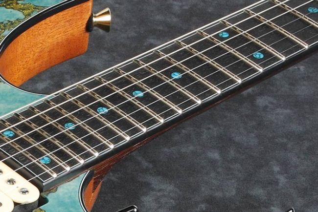 Ibanez JCRG2103 kitaran eebenpuuotelauta ja siniset dotit.