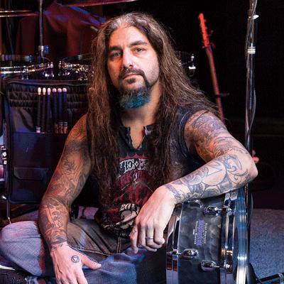 Tama Signature-virvelit kategoriakuvassa Mike Portnoy nimikkovirvelinsä kanssa.