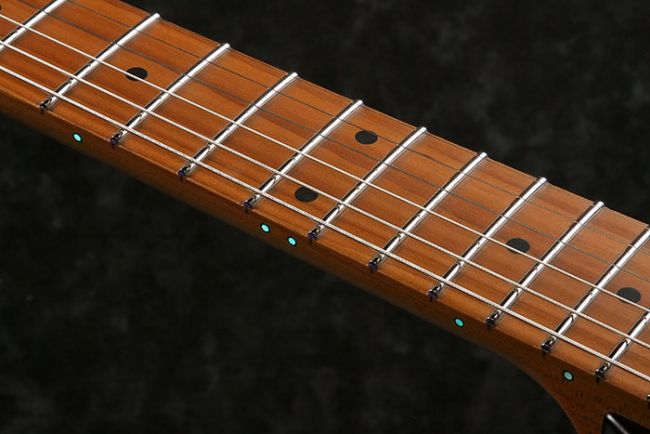 AZ-kitaran teräsnauhat ja luminlay-dotit.
