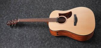 Ibanez AAD100E-OPN kitara kuvattuna kulmasta.