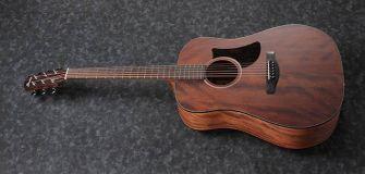 Ibanez AAD140-OPN akustinen kitara kuvattuna kulmasta.