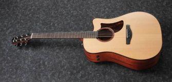 Ibanez AAD300CE-LGS kitara kulmasta kuvattuna.
