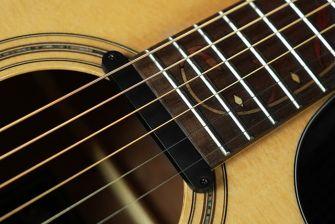 Ibanez AP11-magneettimikrofoni AE-kitaran kaulamikkinä.