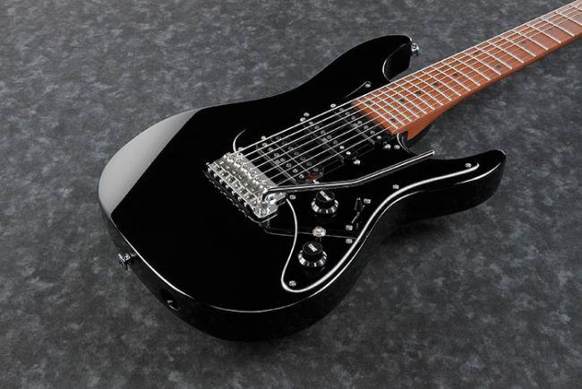 Ibanez AZ24047-BK kitaran kansi lähikuvassa.