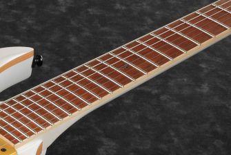 Ibanez JBM10FX-kitaran jatobaotelauta ja kuunsirppi-upotus 12. nauhan kohdalla.