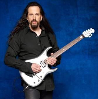 John Petrucci promokuvassa.