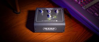 Mesa Boogie CabClone IR promokuvassa pöydällä.