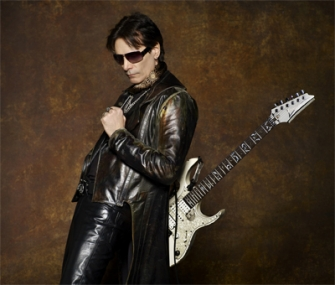 Steve Vai Promokuvassa Ibanez Jem -kitaransa kanssa.